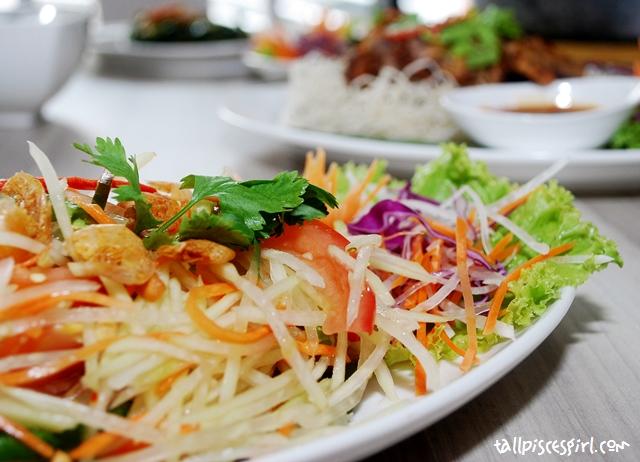 Green Papaya Salad with Dried Shrimp and Peanuts (RM 11.50)