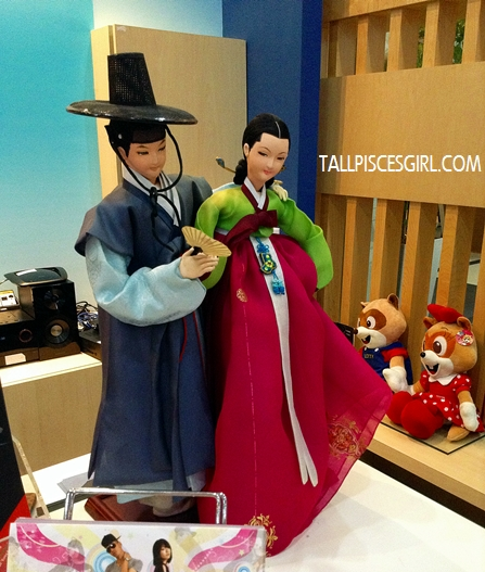 I wanna try wearing Hanbok too!
