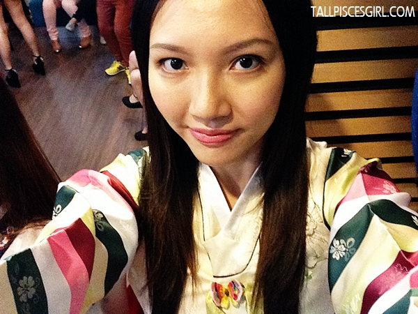 Camwhore in Hanbok! That's what girls are expert in :p