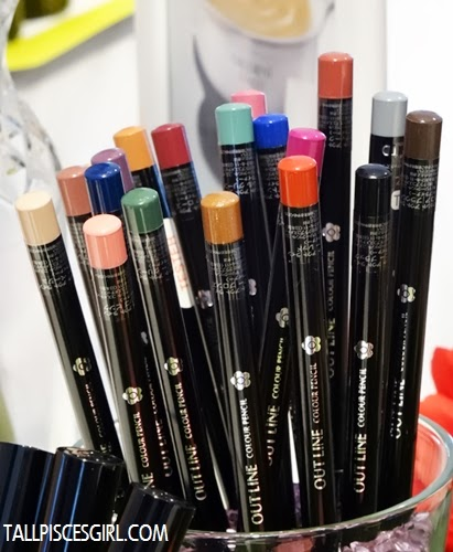 Out Line Colour Pencil in 20 vibrant shades. Can be used as lip liner and eye liner!