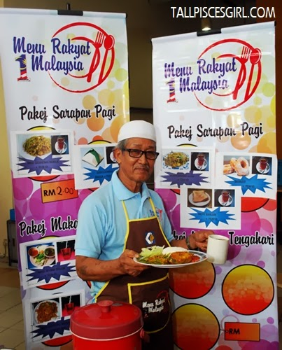 Pak Samad showing what customers will be getting at RM 4