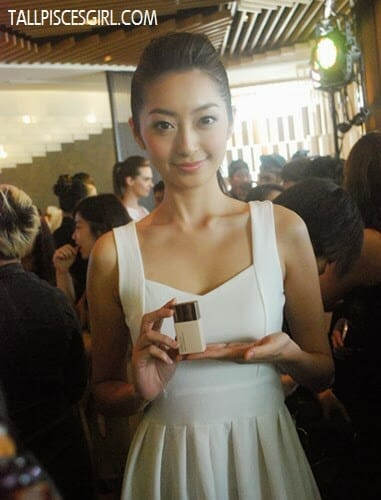 Model was holding Kanebo Lunasol Modeling Beige Skin Makeup Base/Foundation