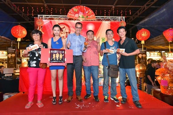 "From left: Ms. Cha Yoke Ying (winner of a Fu Lu Shou), Brand Ambassador of Tiger Beer holding a set of gold plated Fu Lu Shou, Mr. Hans Essaadi (Managing Director of GAB), Mr. Yeo from the management of Kepong Food Court, Luke Kim Won (winner of a Fu Lu Shou) and Yap Kok Wing (winner of a Fu Lu Shou) during Tiger Beer's ""Celebration of Golden Prosperity"" on-ground event"