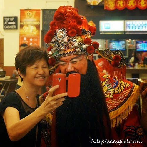 Aunty also grabbed the golden chance to selfie with God of Prosperity!