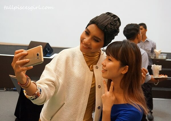 Yuna selfie-ing with Carina Yeoh