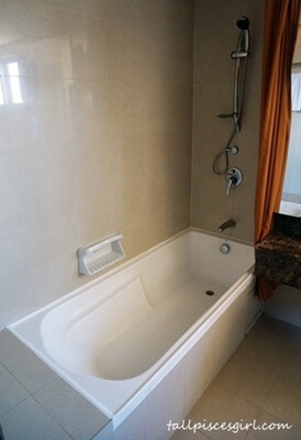Resort Suites - Bath tub