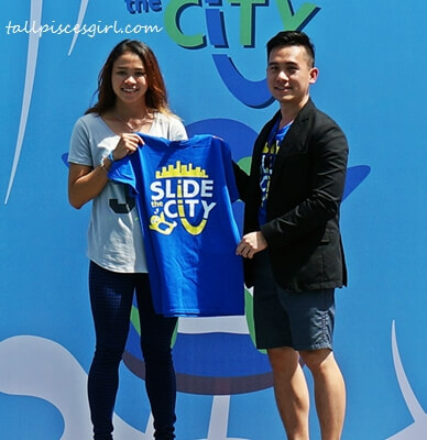 Mr. Leong Delon, Founder and CEO of Monkey Theory Sdn. Bhd. hands Slide the City T-shirt to Pandelela Rinong