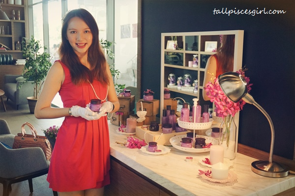 Accessorized myself with the props while holding innisfree Orchid Enriched Cream like those models in launch event