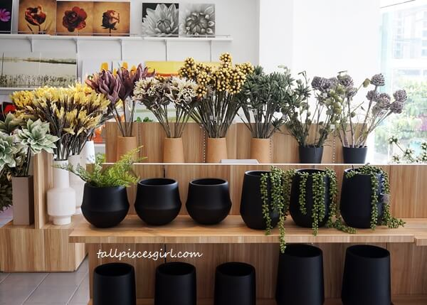 Artificial flowers in minimalist vases to beautify your space