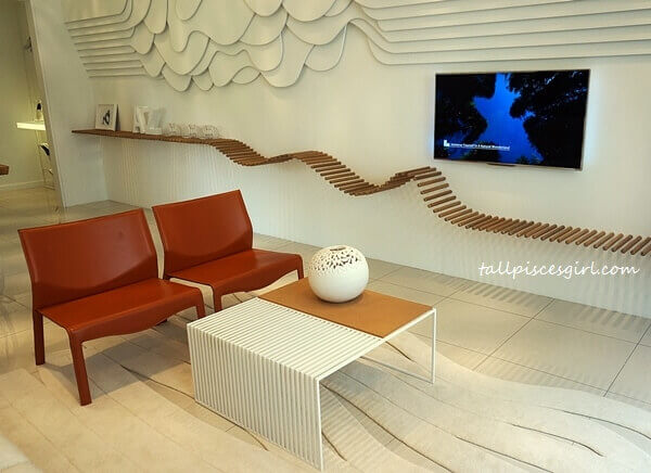 A peaceful yet chic vibe at the living area. The Avant-Garde shelf for the TV area is an artistic touch to accentuate contrast and a sense of movement to a blank space.