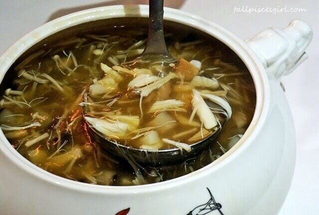 Ying Yang Scallop Soup with Dried Seafood (帶子金瑤海味汤)