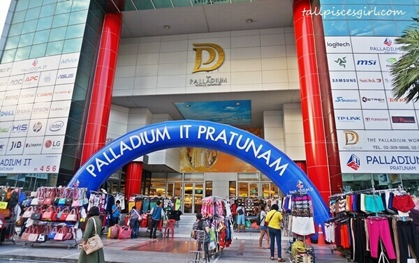4D3N Bangkok Itinerary: Pratunam Night Market starts in front of Palladium IT Mall