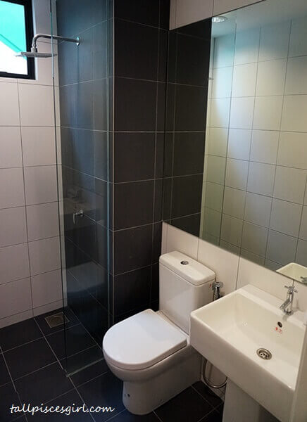 De Centrum Unipark Condominium: Bathroom with rain shower head