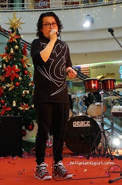 Dato Louise Chong performs for the less fortunate children