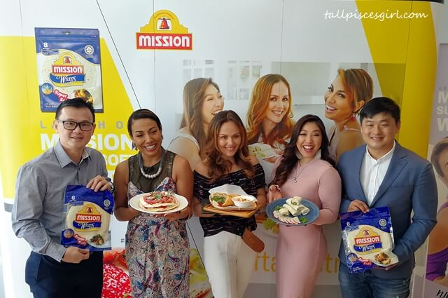 L-R: Mark Tan, Retail Sales Manager of Mission Foods Malaysia, Ning Baizura, Francisca Turner and Linora Low, the three faces of the #softandstrong campaign; and Randall Tan, Brand Manager of Mission Foods South Asia, showcasing the new Mission Supersoft Original Wraps at L'Motichan Bangsar