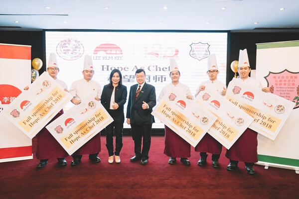 Ms. May Lim, Managing Director – South East Asia, Middle East, Africa & India of Lee Kum Kee and Datuk Dr. Lum Tuck Loy, the President of Malaysia Selangor and Federal Territory Ku Su Shin Choong Hung Restaurant Association (KUSU) with some of the first batch of Lee Kum Kee Hope as Chef Programme's scholars