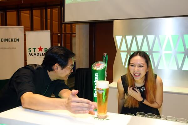 Heineken Pouring Ritual - Check that the head sits on the horizontal line of the star