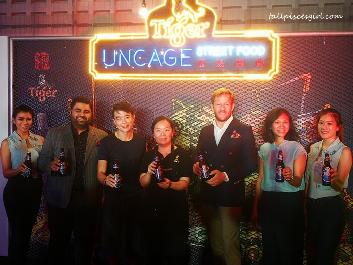 (2nd from L-R) Tiger Uncage Street Food Heroes Herukh Jethwani, Jun Chan and Im Cheah, with Jiri Rakosnik, Marketing Director of HEINEKEN Malaysia and Pearly Lim, Marketing Manager of Tiger Beer, at Tiger Beer Uncage Street Food Festival