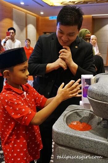 Ecolab teaching kid on the proper hand washing procedure