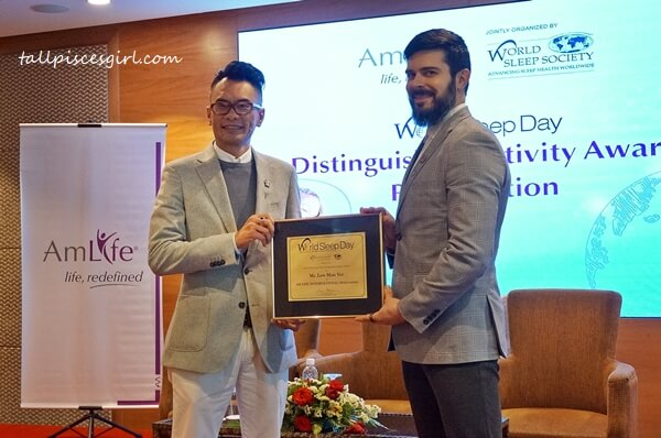 Mr. Lew Mun Yee receiving the Distinguished Activity Award from World Sleep Society presented by Dr. David Samson