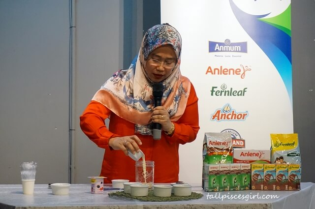 Food demonstration by Megawati on how to prepare delicious and healthy overnight oats