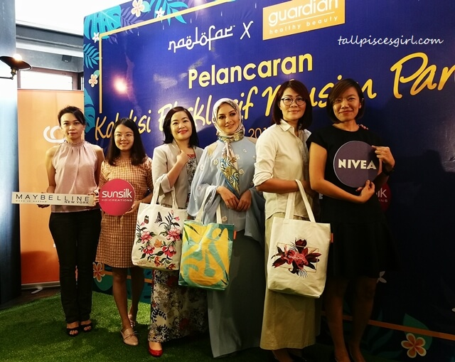 Chiang Kong Sim from Maybelline, Steph Too from Sunsilk, Wong Vai Cgi, Head of Marketing, Guardian Health and Beauty Sdn Bhd, Neelofa, Sheryn Soo, Head of Skincare, Guardian Health and Beauty Sdn Bhd and Lee Yunn Tyng from Nivea posing for the media at the launch of Naelofar X Guardian Exclusive Summer Collection tote bags