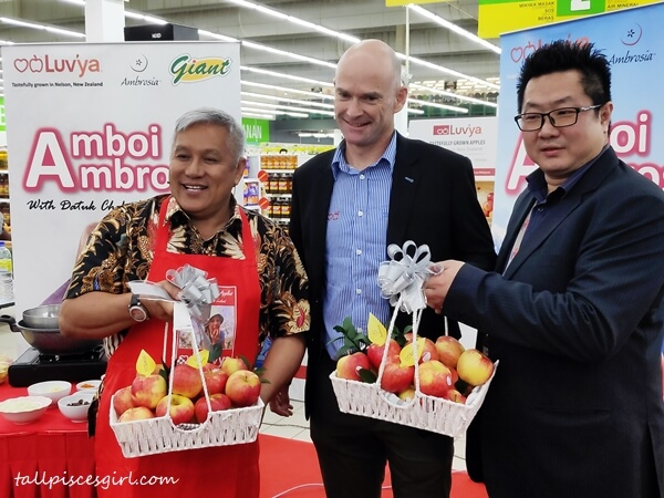 Datuk Chef Wan, Brendon Obsorn, General Manager of Heartland Fruit, alongside with Hanry Chan Huan Yih, General Manager, Lifestyle and Grocery from GCH Retail Sdn Bhd