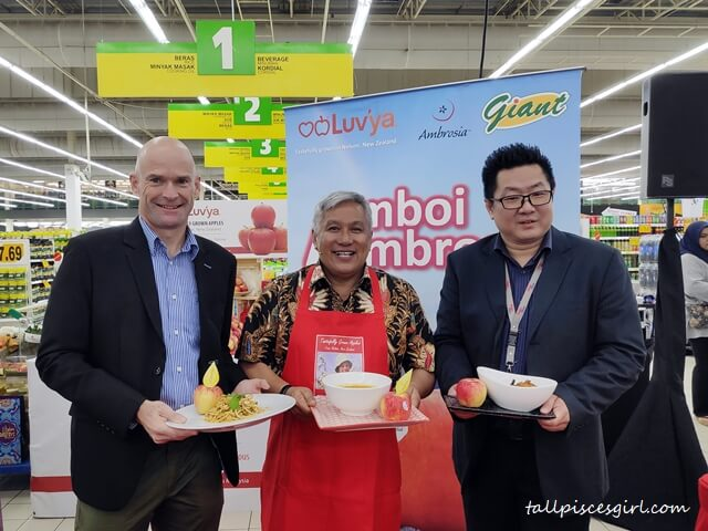 Special VIPs and Datuk Chef Wan Holdng Ambrosia Apple Recipes Creation