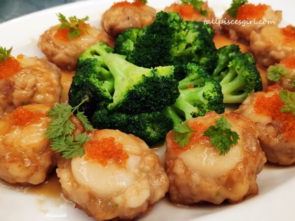 Pan Fried Scallop Stuffed with Prawn Paste served with Superior Sauce (上汤煎酿带子)