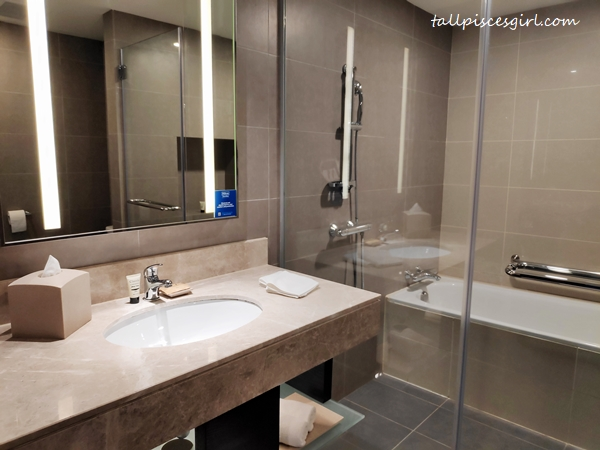 King Deluxe Room Lake View Bathroom