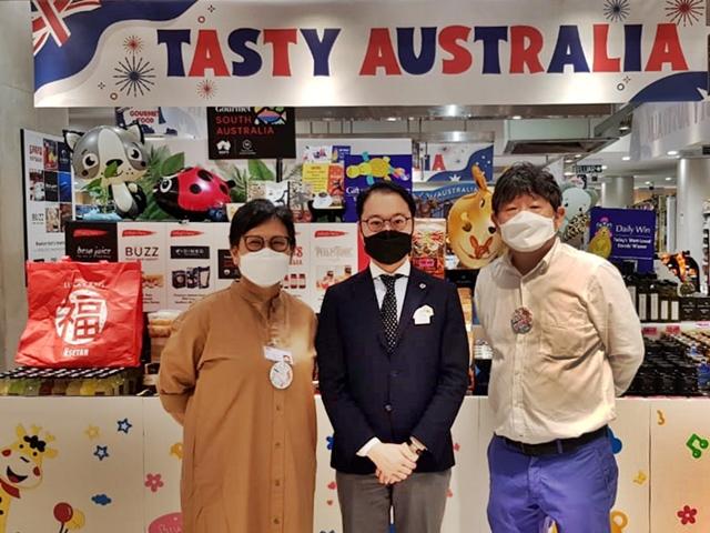 (L-R) Vivien Lee, Mr. Asako,General Manager of Isetan, Mr. KB Ang, co-director of The Model Cook